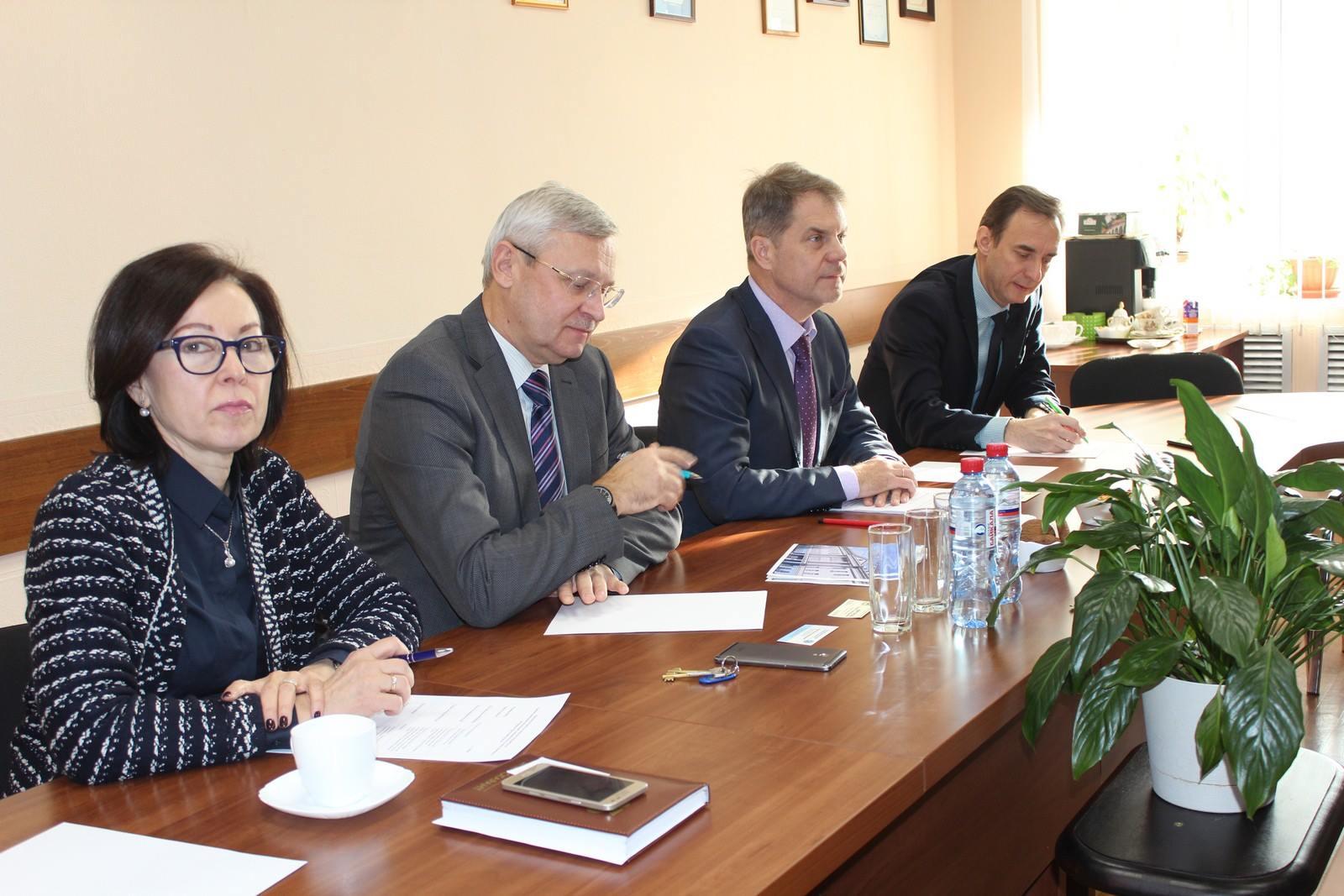 Министр здравоохранения Иркутской области Олег Ярошенко провел встречу с исполни…